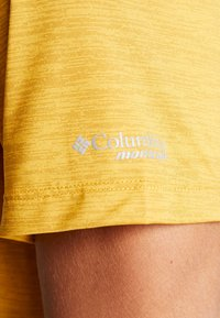 Columbia - TRINITY TRAIL™ GRAPHIC TEE - Print T-shirt - bright gold - 4