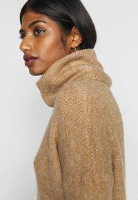 ONLY Petite - ONLJANA COWLNK DRESS - Pletené šaty - indian tan melange - 4