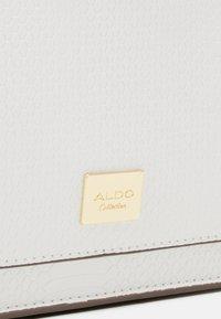 ALDO - NYDIVIEL - Kabelka - bright white/gold-coloured - 5