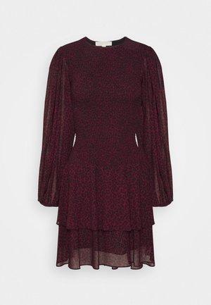 CHEETAH SMOCK MINI  - Denní šaty - dark ruby