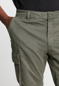 Pier One - Shorts - oliv - 5