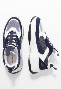 Calvin Klein Jeans - MAYA - Sneakers laag - white/navy - 3