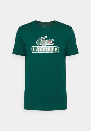 BIG LOGO NAME - Print T-shirt - swing
