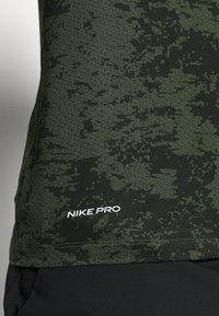 Nike Performance - SLIM  - Camiseta estampada - medium olive/white - 5