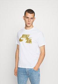 Nike Sportswear - TEE PREHEAT AIR - Camiseta estampada - white/gold - 0