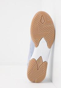 adidas Performance - NEMEZIZ IN - Chaussures de foot en salle - footwear white/royal blue/core black - 5