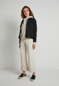 Levi's® - WELLTHREAD RIBCAGE CROP WIDE - Flared Jeans - BREAKING WAVE ECRU HEMP B W - 1