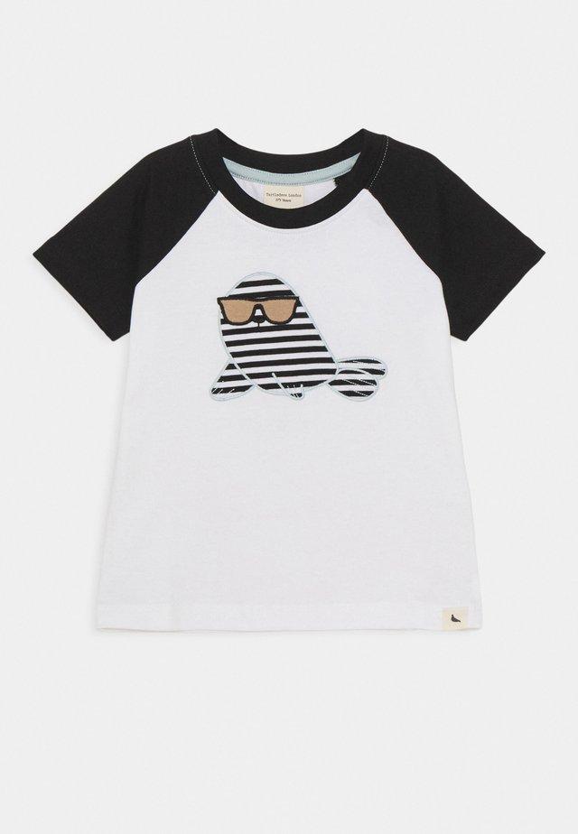 RAGLAN SEAL APPLIQUE - T-shirt imprimé - white