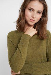 pure cashmere - CLASSIC CREW NECK  - Jersey de punto - olive - 4