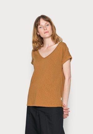 SHORT-SLEEVE WIDE BODYSHAPE V-NECK - Basic T-shirt - brown ochre