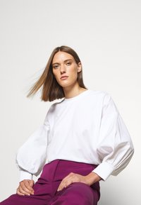 Victoria Victoria Beckham - CROPPED FLARED TROUSER - Trousers - raspberry jam - 4