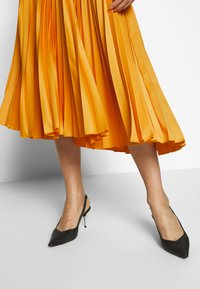 Closet - CLOSET PLEATED SKIRT - A-line skirt - mustard - 3