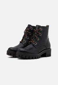 Tamaris - BOOTS - Kotníkové boty na platformě - black/anthracite - 2