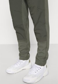 Nike Sportswear - PANT - Træningsbukser - twilight marsh/newsprint/ice silver/white - 4
