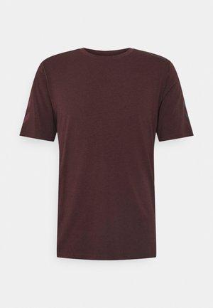HMLMACE - Print T-shirt - fudge