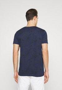 TOM TAILOR DENIM - ALLOVER PRINTED - Print T-shirt - navy blue - 2