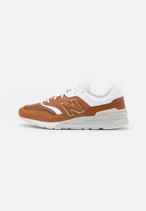 997 - Trainers - hep brown