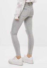 Bershka - MIT RISSEN  - Jeans Skinny Fit - grey - 2