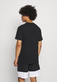 Nike Sportswear - T-shirt - bas - black/white - 2