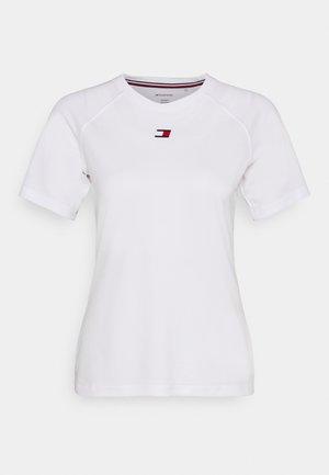 PERFORMANCE LOGO - Jednoduché triko - white
