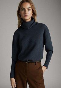 Massimo Dutti - CAPE-PULLOVER AUS WOLLE UND KASCHMIR MIT KAPUZENKRAGEN 05616828 - Sweter - dark grey - 0