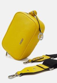 L.CREDI - FELICITAS FARHILDE - Across body bag - yellow - 3