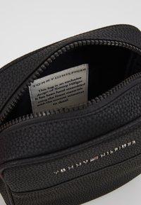 Tommy Hilfiger - ESSENTIAL MINI REPORTER - Across body bag - black - 4