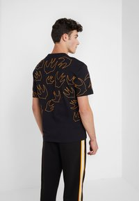 McQ Alexander McQueen - DROPPED SHOULDER TEE - T-shirt imprimé - darkest black - 2