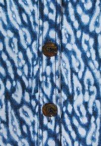 CMEO COLLECTIVE - GOOD LOVE DRESS - Košilové šaty - indigo leopard - 2