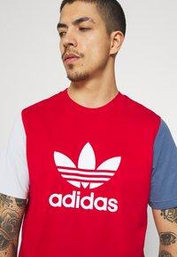 adidas Originals - BLOCKED TREF UNISEX - T-shirt imprimé - scarlet/crew blue - 4