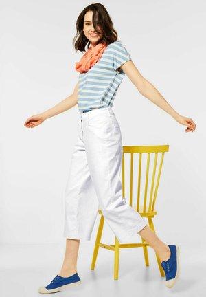 MIT WIDE LGES - Flared Jeans - weiß