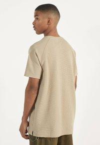 Bershka - MIT WAFFELGEWEBE - Basic T-shirt - beige - 2