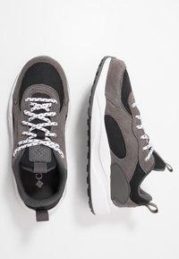 Columbia - YOUTH PIVOT - Sports shoes - black/white - 0
