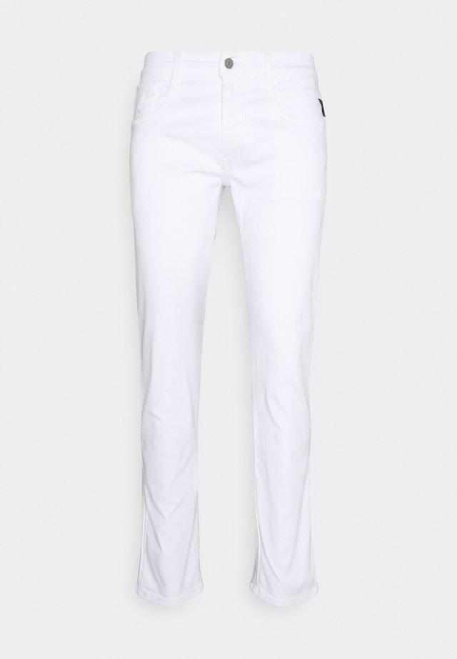 ANBASS HYPERFLEX - Vaqueros slim fit - white