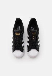 adidas Originals - SUPERSTAR UNISEX - Trainers - core black/footwear white/gold metallic - 3