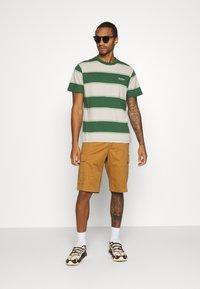 Kickers Classics - HORIZONAL STRIPE TEE - T-shirt z nadrukiem - beige/green - 1