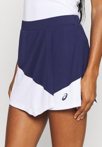 ASICS - CLUB SKORT - Sports skirt - peacoat/brilliant white