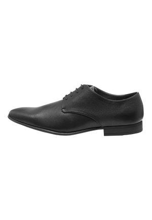 TAN TEXTURED DERBY SHOE - Elegantní šněrovací boty - black