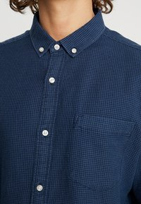 Knowledge Cotton Apparel - ZIG ZAK SHIRT - Shirt - dark denim - 6