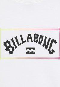 Billabong - ARCH TEE BOY - Camiseta estampada - white - 3