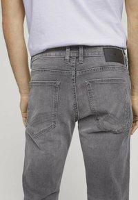 TOM TAILOR - TAVIS REGULAR  - Straight leg jeans - used light stone grey denim - 5