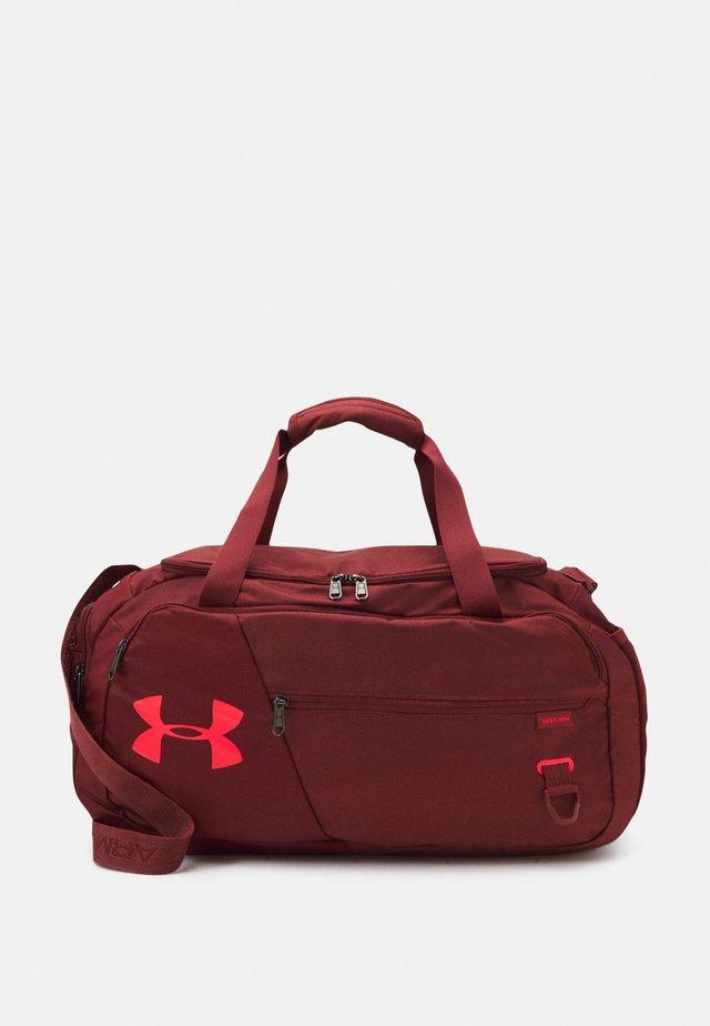 UNDENIABLE DUFFEL 4.0 SM UNISEX - Sportovní taška - cinna red