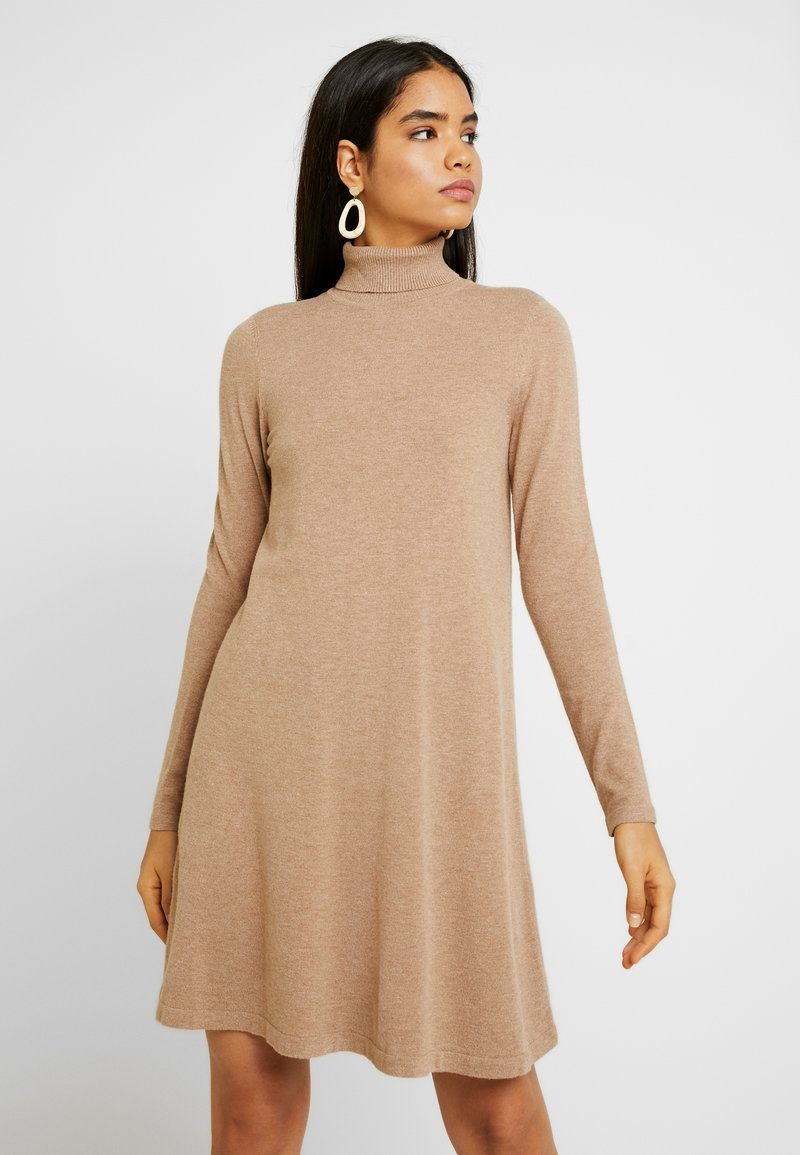 Vero Moda Tall - VMHAPPY ROLLNECK DRESS - Strikket kjole - tobacco brown