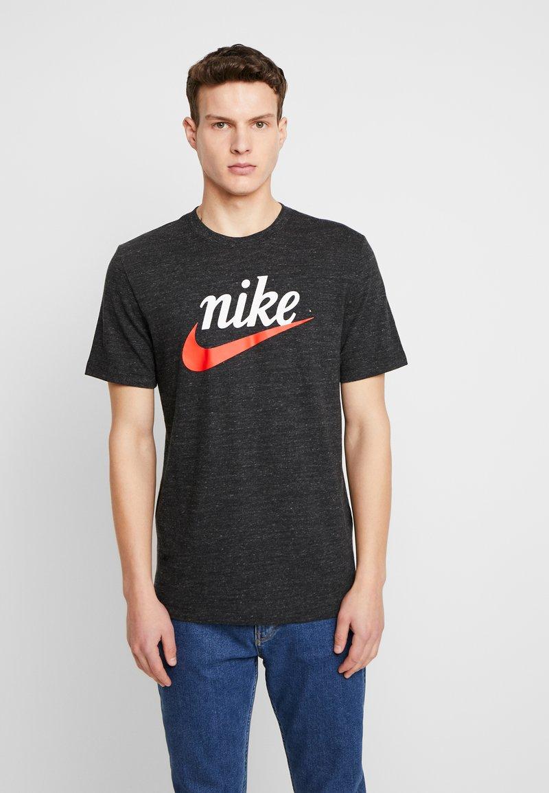 Nike Sportswear - HERITAGE TEE - T-shirt med print - black