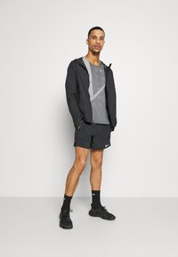 Nike Performance - STRIDE SHORT - kurze Sporthose - black - 1