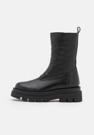 SOHO - Kotníkové boty na platformě - black