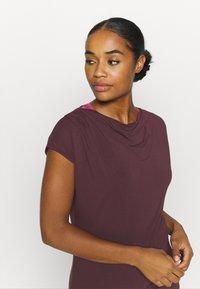 Curare Yogawear - WASSERFALL - T-shirt basic - bordeaux - 3