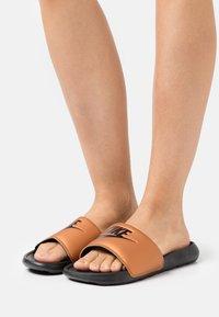 Nike Sportswear - VICTORI ONE SLIDE - Mules - black/metallic copper - 0