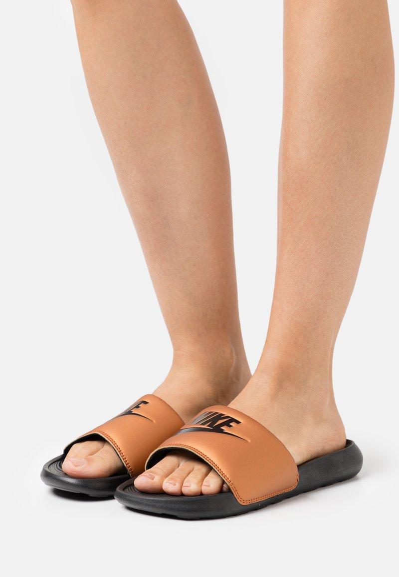Nike Sportswear - VICTORI ONE SLIDE - Mules - black/metallic copper