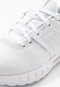 Under Armour - HOVR CTW - Neutrální běžecké boty - white/halo gray - 5